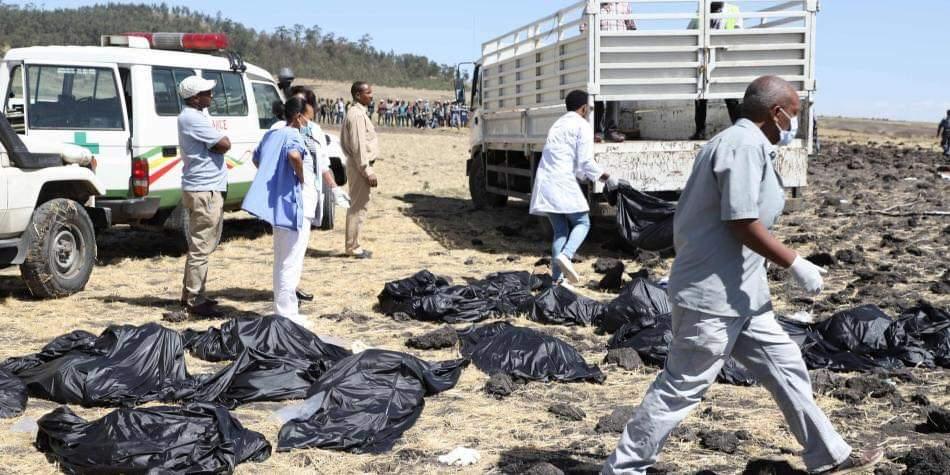 طائرة إثيوبيا المنكوبة.. شاهد عيان.. دخان كثيف كان يخرج من الطائرة قبل سقوطها