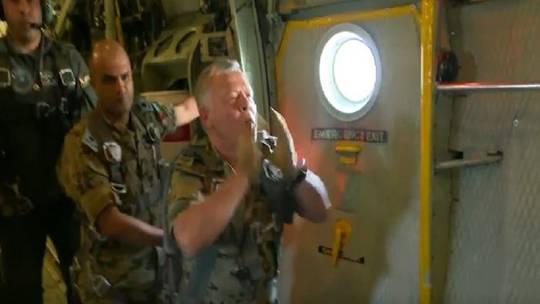الملك عبد الله الثاني يشرف على تدريب مجموعة من القوات الخاصة الأردنية