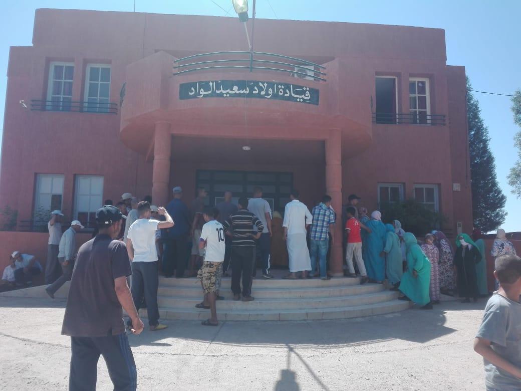 عشرات المعوزين بأولاد سعيد يحتجون أمام القيادة بسبب حرمانهم من