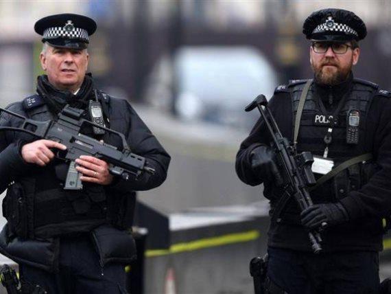 بريطانيا شخص يوجه طعنة لمؤذن بمسجد