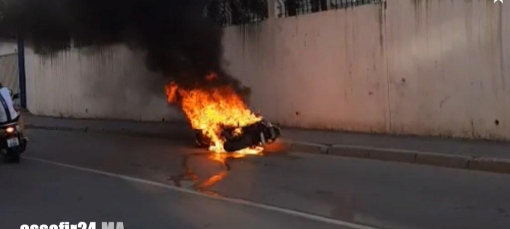 بالفيديو .. النيران تلتهم دراجة نارية بعد اصطدامها بسور المدرسة الامريكية بطنجة