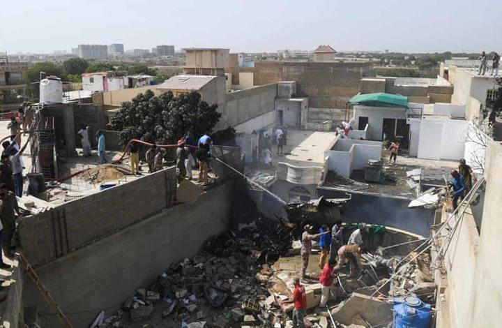 تحطم طائرة ركاب بحي سكني في باكستان