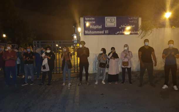 وقفة احتجاجية للممرضين والممرضات أمام مستشفى محمد السادس بطنجة بعد قرار إخلائهم من الفنادق
