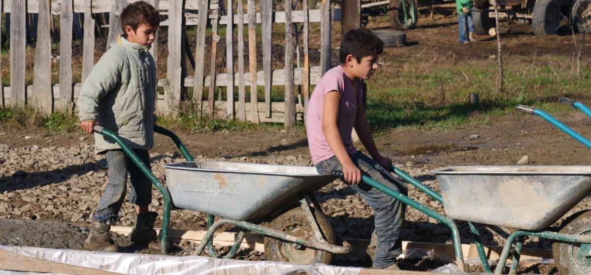 Helpende kinderen Zigeunerkamp Oekraïne