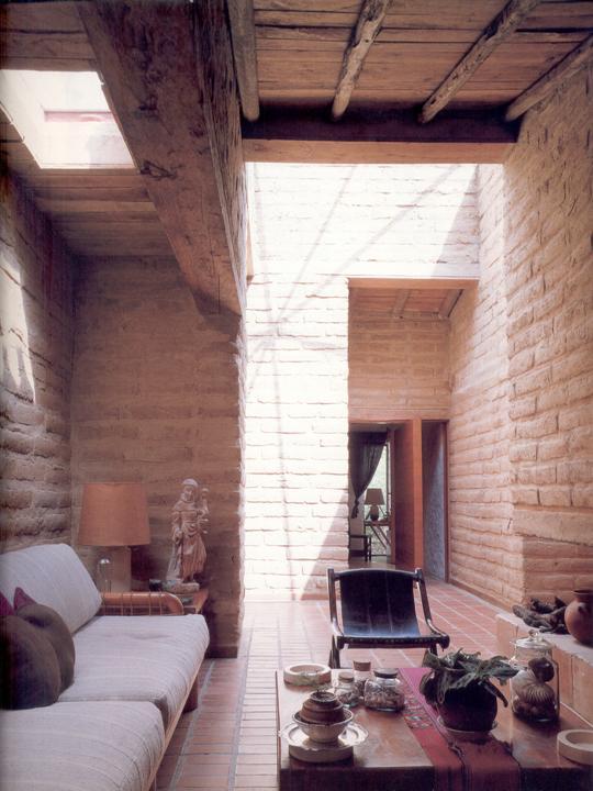 interior de uma casa construída com adobe