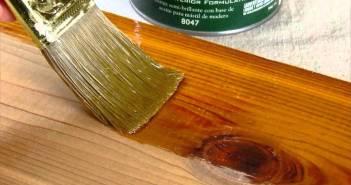 aplicando verniz na madeira