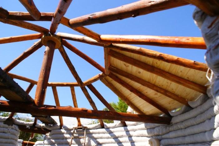 preenchendo a estrutura do telhado
