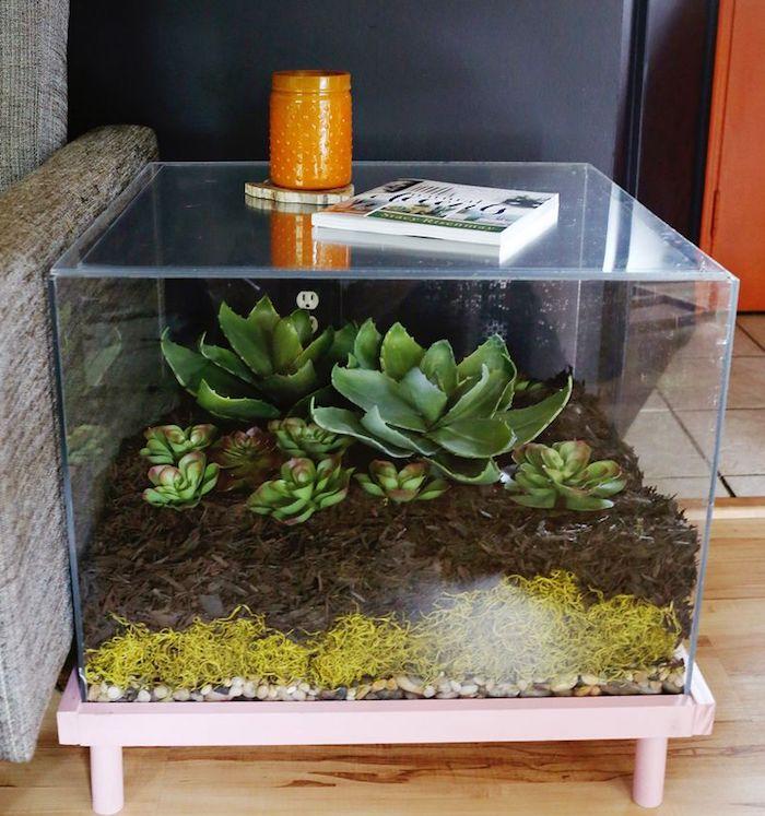 Mesa lateral de acrilico com várias plantas dentro