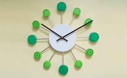 relógio feito com tampinhas de garrafa pet