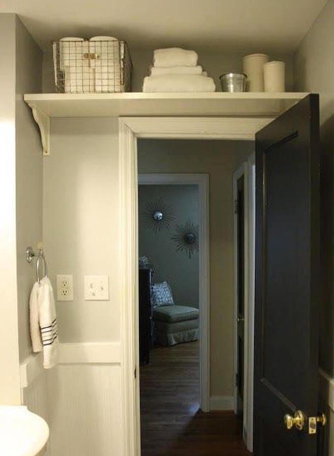 prateleira sobre a porta