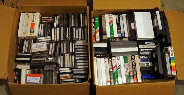 caixas com VHS e fita cassete velhos