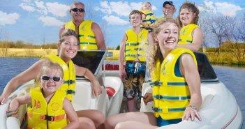 pessoas vestindo colete salva vidas amarelo