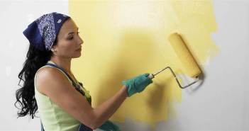 mulher pintando parede