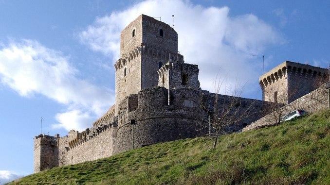 La Rocca Maggiore di Assisi illuminata dalle fiaccole
