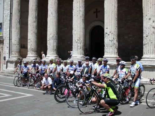 I ciclisti davanti al tempio di Minerva, ad Assisi