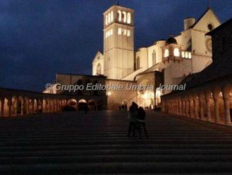 Francesco abbraccia Benedetto, concerto di beneficenza nella Basilica Superiore di Assisi