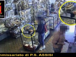 Ruba collana in negozio ad Assisi, 40enne arrestata