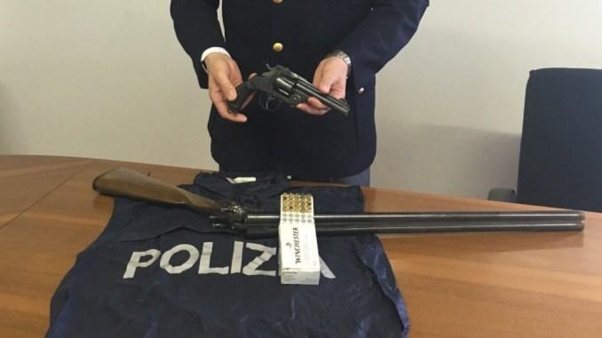 Litiga e picchia la sorella, polizia sequestra armi