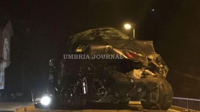 Incidente, vola giù con l'auto dal ponte di Petrignano, ferita ragazza