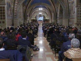 Philipe Daverio e la Basilica inferiore di Assisi, la chiesa colma di gente