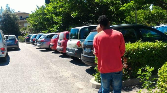 Parcheggiatori e accattoni parcheggio zona Porziuncola, due denunce