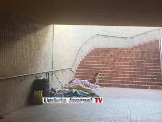 Senza tetto dormono nel sottopasso di Santa Maria degli Angeli? Chi sono?