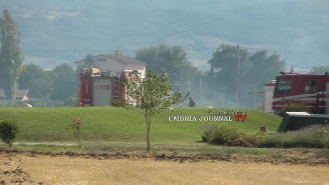 Incendio ai piedi della Mattonata, squadre dei vigili del fuoco sul posto