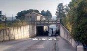 Furgone incastrato nel sottopassaggio tra Santa Maria e Tordandrea