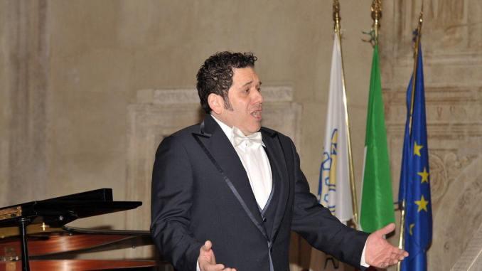 Claudio Rocchi, tenore di Assisi, in concerto al salone Riario di Ostia Antica