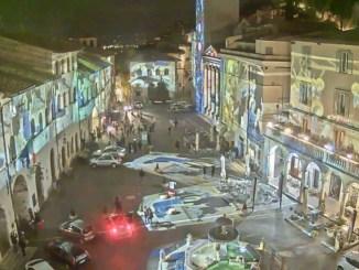 Natale ad Assisi, il video della piazza del comune illuminata con videomapping