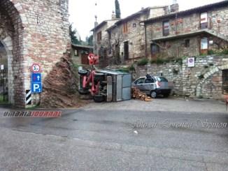 Camion che trasporta legna si ribalta ad Assisi, ore di lavoro per i vigili del fuoco