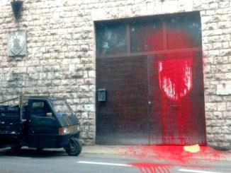 Atto vandalico nella notte alla sede della Parte de Sopra del Calendimaggio, scatta denuncia