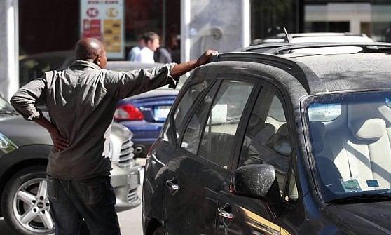 Parcheggiatori abusivi Assisi, fermato lo straniero dai numerosi alias