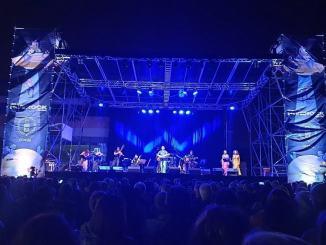 Neri Neri Marcorè conquista il pubblico del Riverock Festival cantando Fabrizio De Andrè