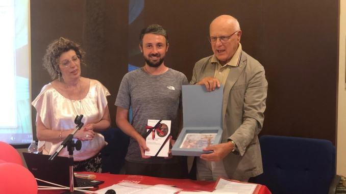 Marco Togni accolto ad Assisi: 6000 km a piedi, contro la sclerosi multipla
