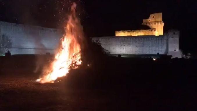 Focaraccio dell'Immacolata alla Rocca Maggiore, spettacolo suggestivo