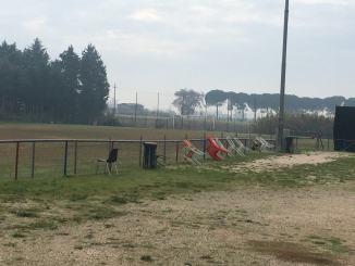 La tribuna fantasma allo stadio di Palazzo di Assisi, tifosi su seggiole di fortuna