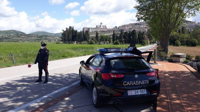 Tre pattuglie dei carabinieri per fermare una donna alla guida di un'auto a folle velocità