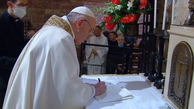 Frati Assisi pregano in tomba per Papa Francesco che è stato operato