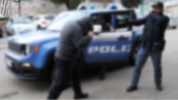 Al grido di Allah Akbar, straniero ubriaco attacca poliziotti, denunciato