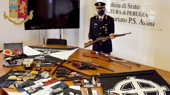 Armi e simboli nazi-fascisti in casa, polizia denuncia un 36enne di Assisi