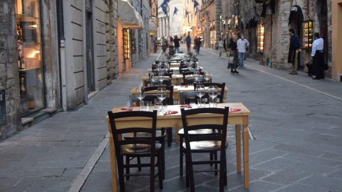 Tavoli all'aperto in centro, in corso Mazzini, chiusa ztl nei festivi e prefestivi