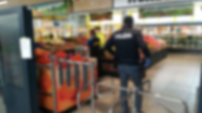 Dà di matto al supermercato, aggredisce poliziotti e sicurezza, denunciata