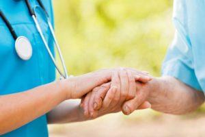 infermiera_tiene_mani_paziente_500x333