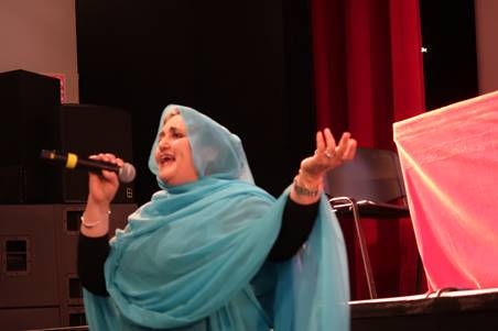 Une artiste sahraouie chante pour les présents la volonté de liberté du peuple sahraoui