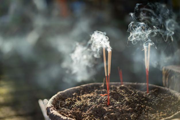 Il fumo del bastoncino d'incenso parla…