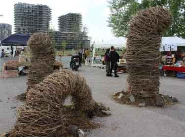 """""""Compost"""" scultura in vitalba installa in occasione del mercato di Campi Aperti all'interno del Raduno Nazionale di Genuino Clandestino, primavera 2017 XM24 Bologna"""
