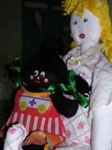 """<h5>la mia bambola nera</h5><p>Sono sola mio marito mi ha lasciato due anni fa era più vecchio di me di dodici anni e ora mi resta questa enorme casa con tanti oggetti di cui dovrò disfarmi per trasferirmi. Anche questa bambola nera che il mio primo fidanzato mi aveva regalato la dovrò dare via. E' una bambola di plastica tutta snodata. Ha dei lunghi capelli neri ricci ricci, anch'io avevo i capelli neri neri. Con il tempo ho dovuto restaurarla un po', perché non si facesse consumare dal tempo. Adesso ha un vestito rosso che le ho fatto io ed è piena di forcine per tenere insieme i capelli.  Non ho avuto tante bambole nella mia infanzia mio padre faceva il falegname e mia madre sempre ammalata non poteva lavorare. Anch'io ho dovuto iniziare a lavorare presto e sono cresciuta troppo in fretta, ma non si poteva fare altrimenti. Non ho avuto figli perché mio marito pensava di non essere in grado di allevarli e in cambio mi ha dato tante cose: una casa grande in campagna, bei vestiti, automobili e tanto altro. Ma questa bambola l'ho sempre tenuta con me. Mio marito non la vedeva di buon occhio infatti la tenevo in garage forse perché gli ricordava quel mio primo amore, forse perché non sopportava le debolezze """"femminili"""", forse perché era nera.  Ora sono vecchia e ho pensato di regalare questa bambola alle mie nipotine anzi vorrei proprio regalarla a Chiara. Lei, che è la più piccola, forse giocandoci le regalerà ancora un po' di vita.  Paola '34 </p>"""