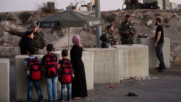 La polizia di frontiera israeliana controlla a un checkpoint le carte d'identità di Palestinesi che escono dal quartiere di Issawiyeh, Gerusalemme. 22 ottobre 2015, AP