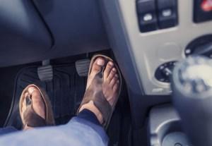 est-il interdit de conduire en tongs ou sandalettes